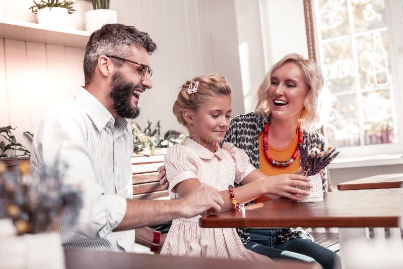 Famiglia positiva allegra che ha lotti di divertimento insieme immagine stock libera da diritti
