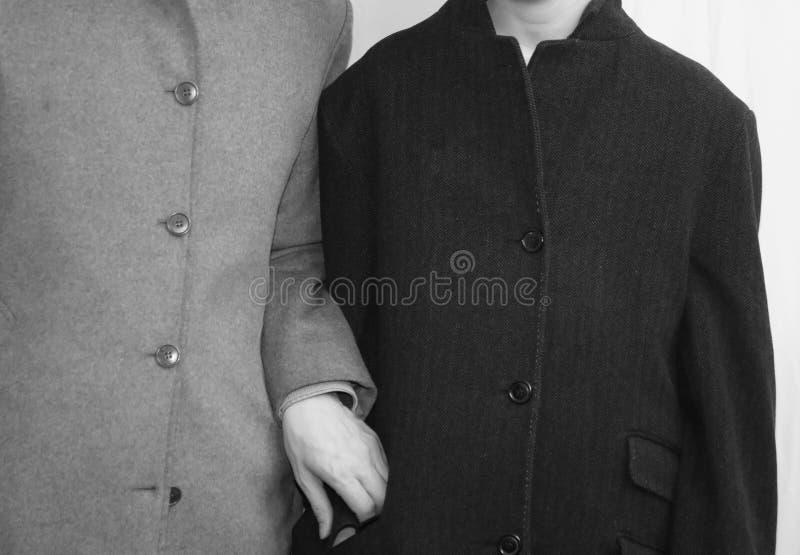 famiglia povera con il padre ed il figlio con i vecchi cappotti lisi du fotografie stock