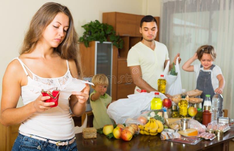 Famiglia povera con le borse di alimento immagini stock