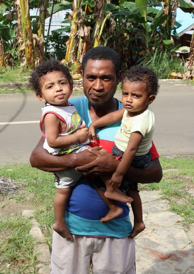 Famiglia povera - padre fiero che tiene i suoi bambini fotografie stock libere da diritti