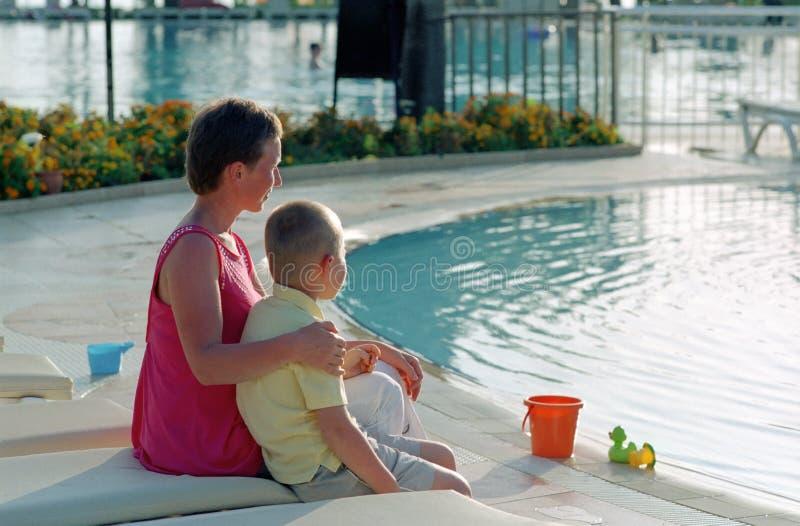Famiglia prima della piscina fotografia stock libera da diritti