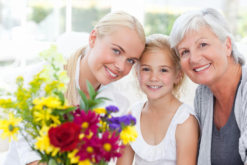 Famiglia radiante con i fiori fotografia stock