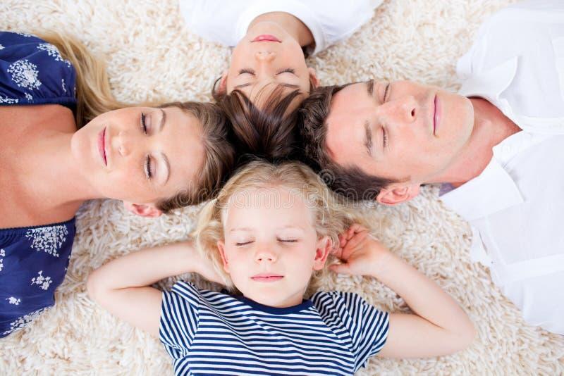 Famiglia Relaxed che si trova nel cerchio immagine stock libera da diritti