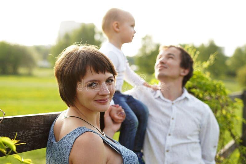 famiglia Ritratto della famiglia Giovane camminata felice della famiglia all'aperto Donna incinta, marito e divertiresi felice ba fotografia stock libera da diritti