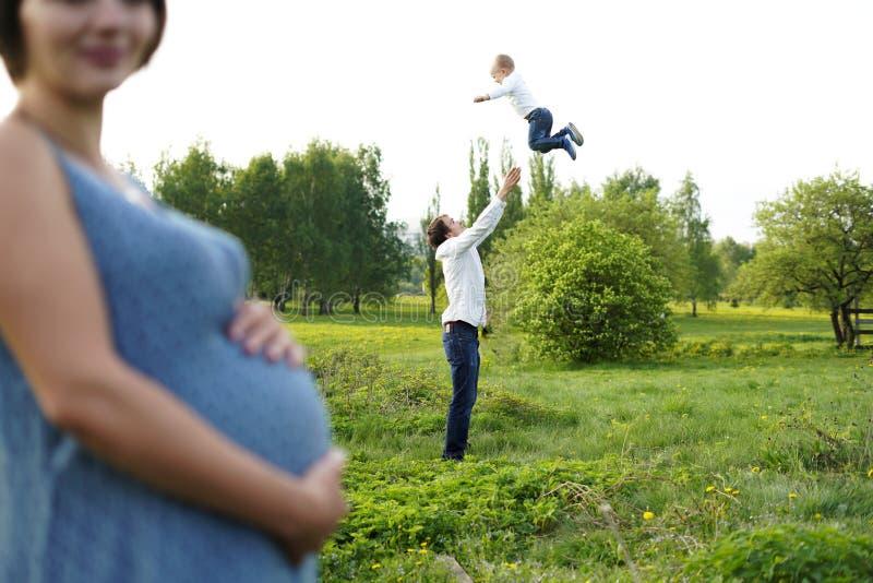 famiglia Ritratto della famiglia Giovane camminata felice della famiglia all'aperto E r fotografie stock libere da diritti