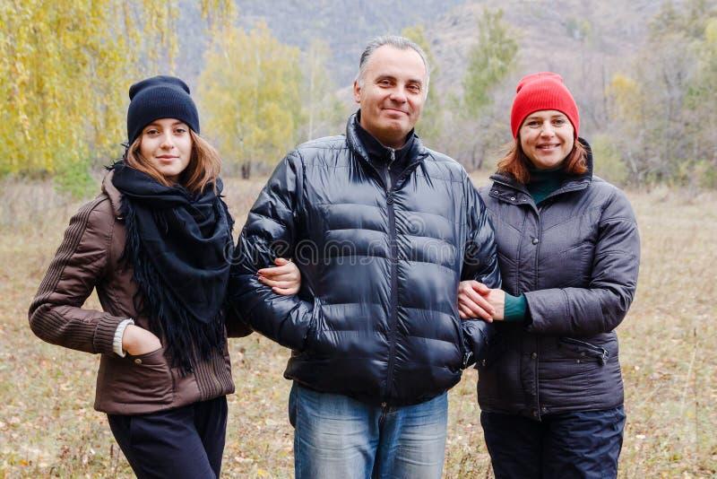 Famiglia sorridente felice: mamma, papà e figlia teenager fotografia stock