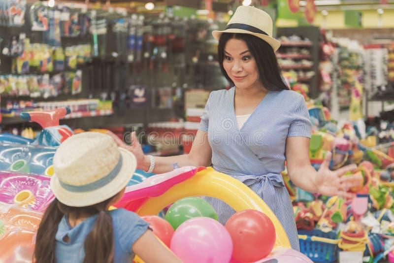 Famiglia sorridente felice in supermercato fotografie stock