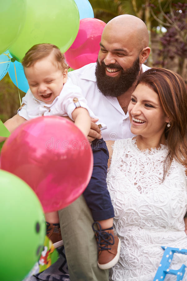 Famiglia sorridente in giardino fotografia stock