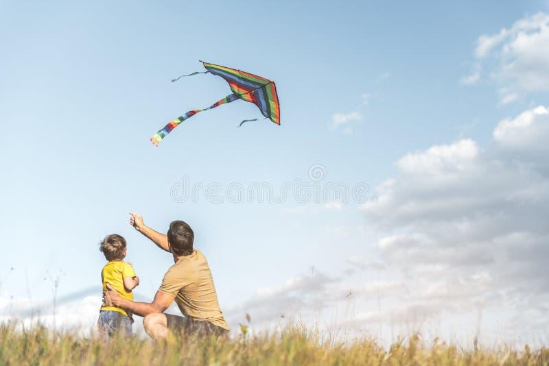 Famiglia spensierata che gode del fine settimana di estate fotografia stock libera da diritti