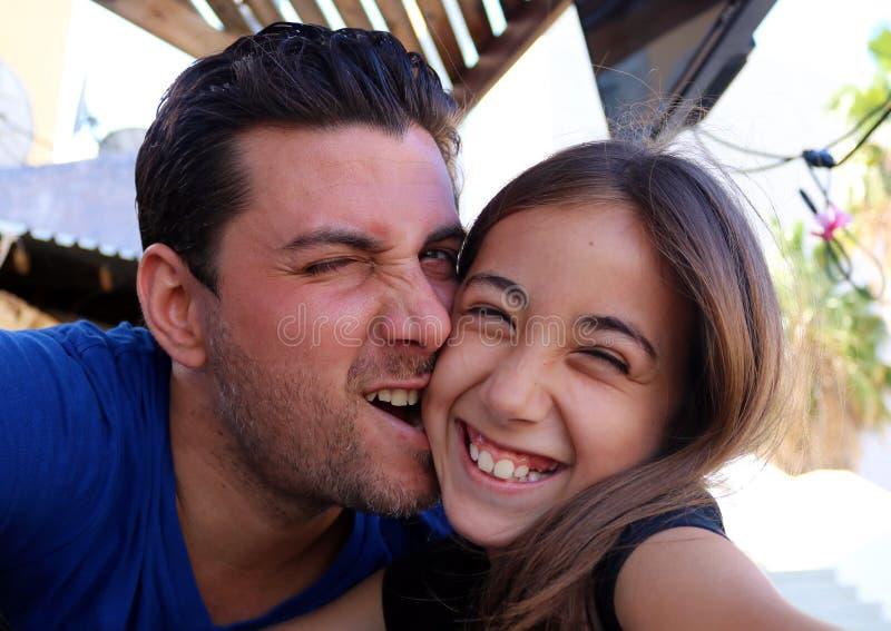 Famiglia splendida di felicità dei ritratti dei fronti felici della figlia e del padre immagini stock