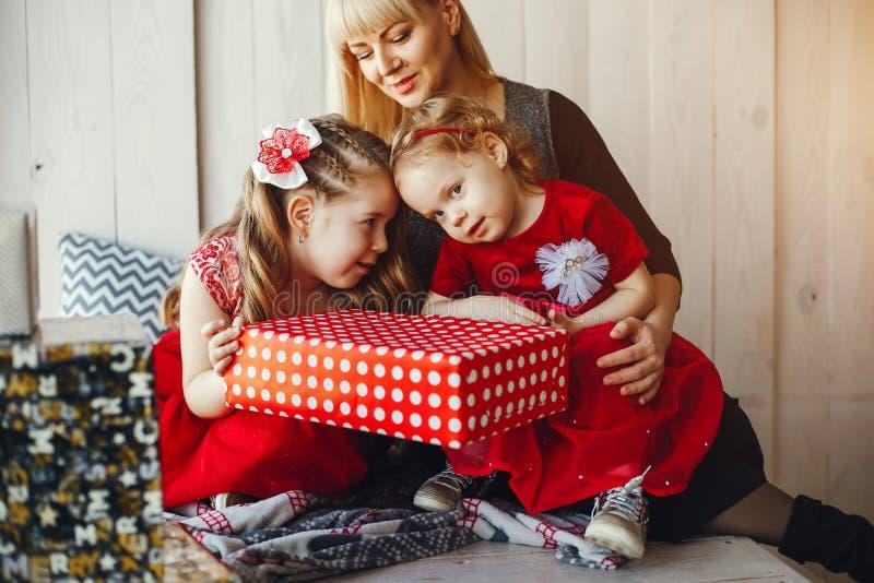 Famiglia in studio immagine stock libera da diritti