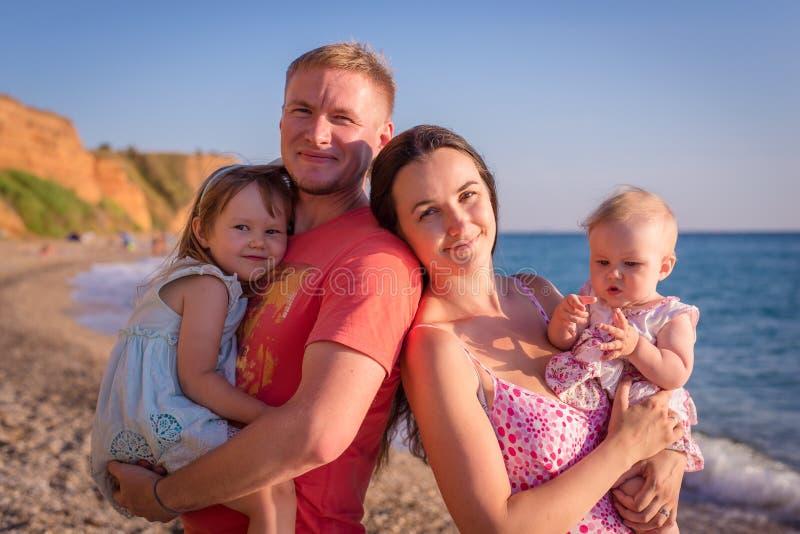 Famiglia su una spiaggia fotografia stock libera da diritti