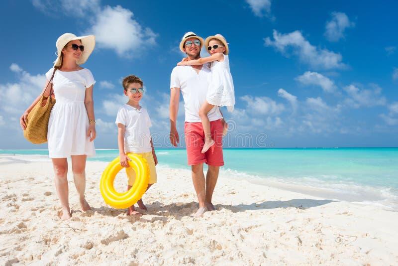 Famiglia su una vacanza tropicale della spiaggia immagini stock