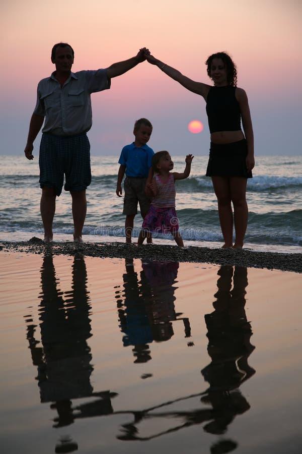 Famiglia sul mare fotografie stock libere da diritti