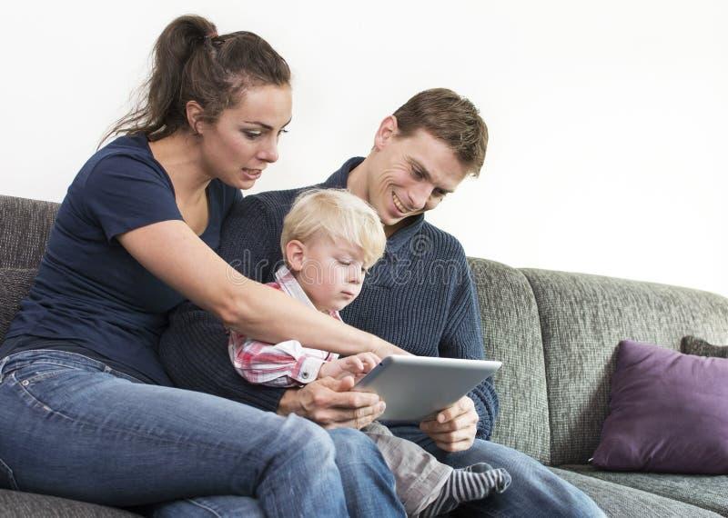 Famiglia sul pc della compressa immagini stock