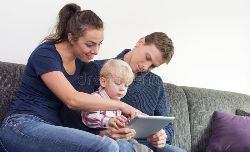 Famiglia sul pc della compressa fotografia stock