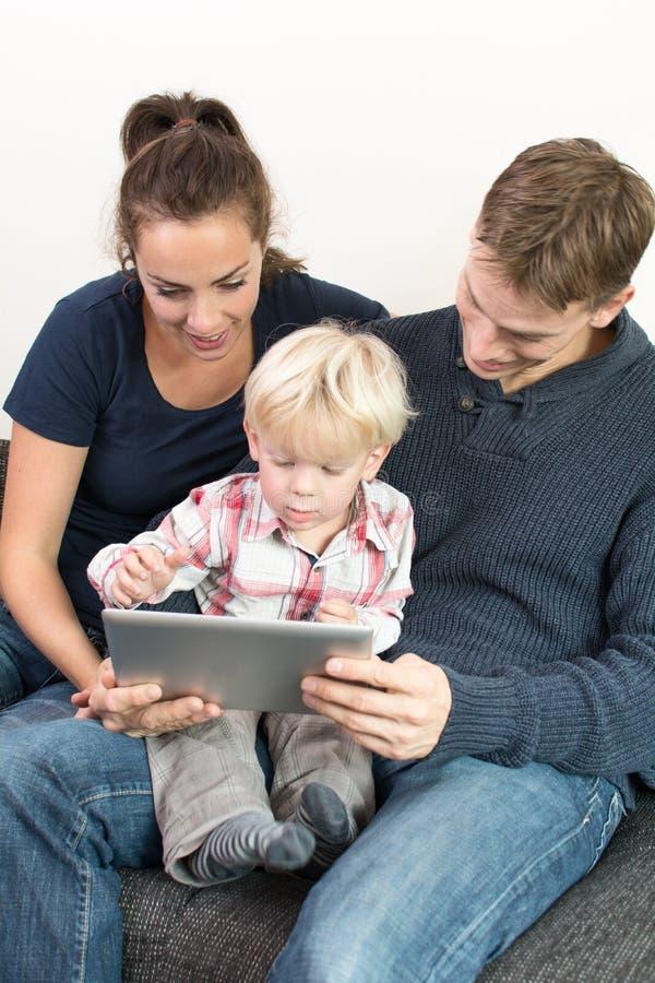 Famiglia sul pc della compressa immagine stock libera da diritti