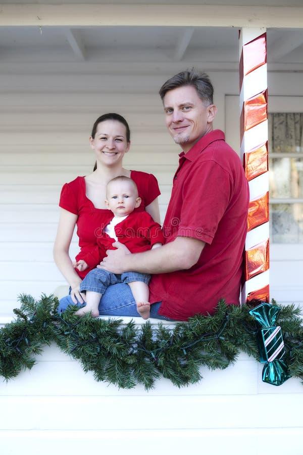 Famiglia sul portico a natale immagine stock