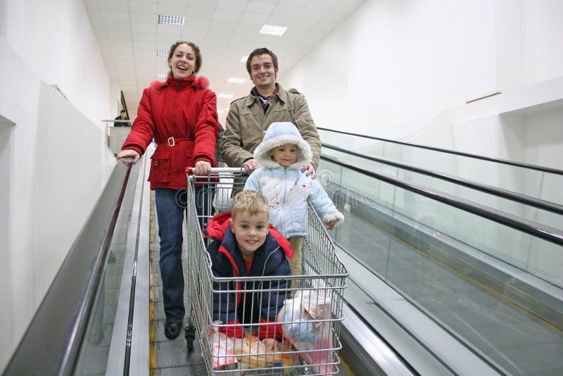 Famiglia sull'elevatore del negozio fotografia stock