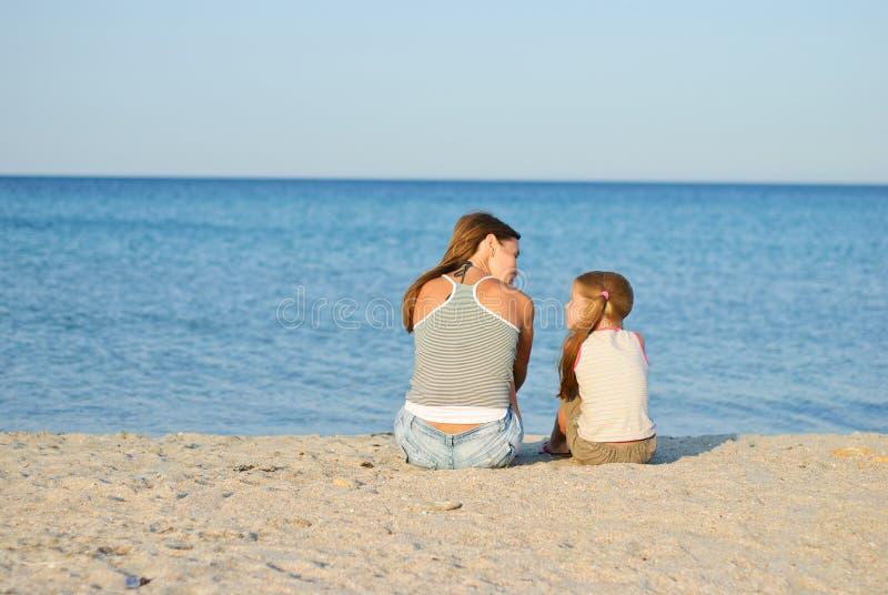 Famiglia sulla spiaggia fotografie stock libere da diritti