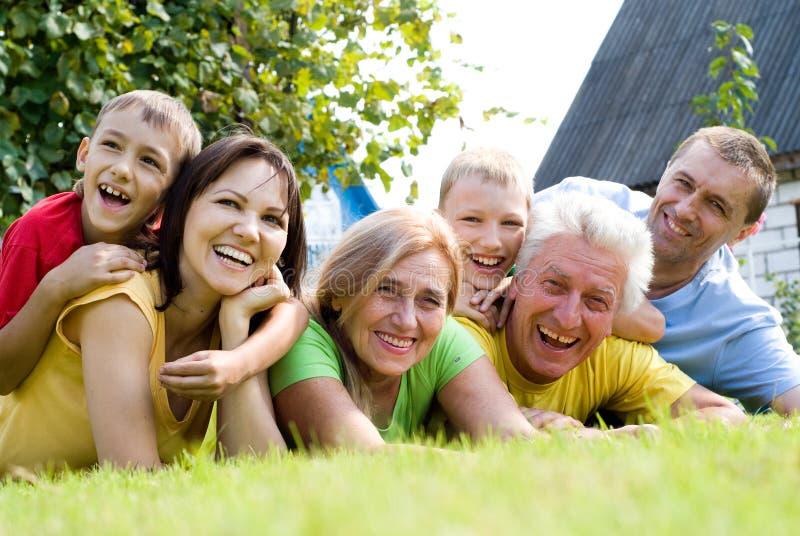 Famiglia sveglia alla natura immagine stock libera da diritti