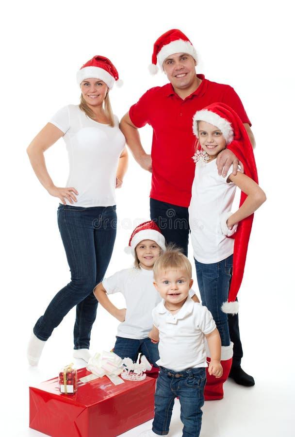 Famiglia sveglia felice in cappelli di Santa immagini stock