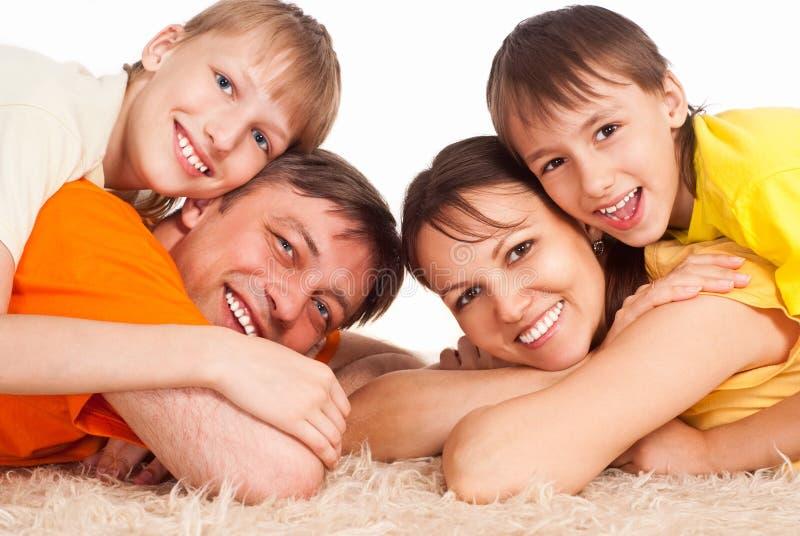 Famiglia sveglia su moquette immagini stock libere da diritti