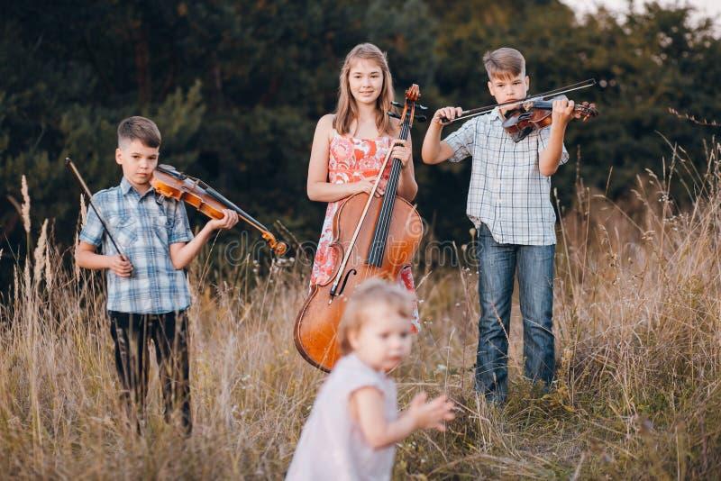 Famiglia in un campo immagini stock