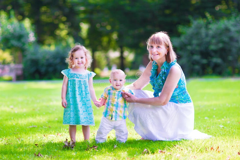 Famiglia in una sosta fotografie stock