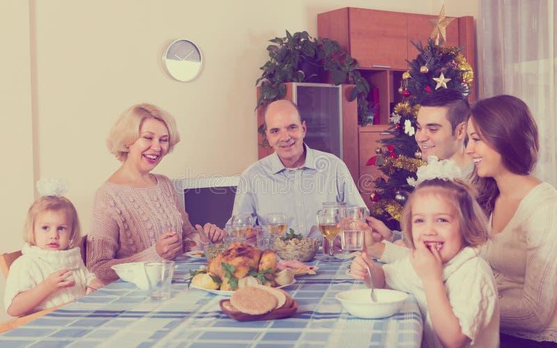 Famiglia unita alla tavola festiva immagine stock libera da diritti