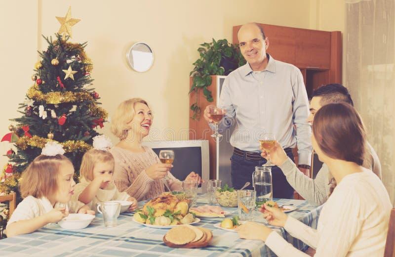 Famiglia unita alla tavola festiva immagini stock