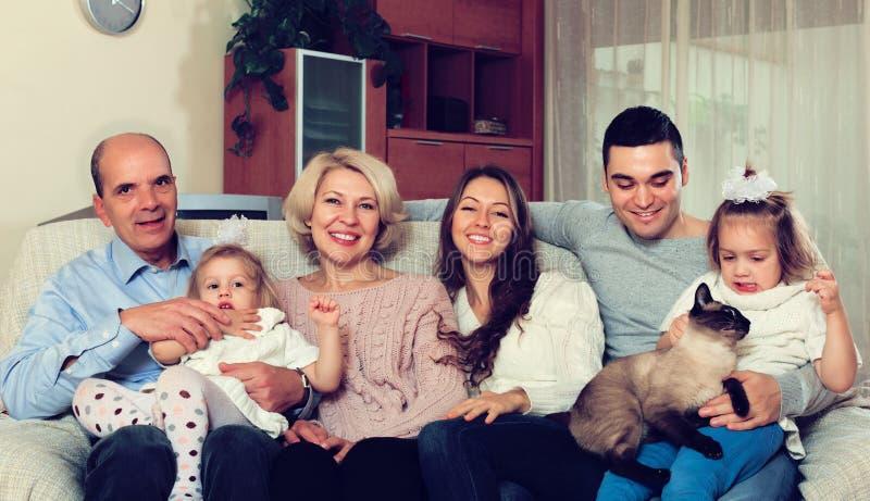 Famiglia unita in salone fotografie stock libere da diritti
