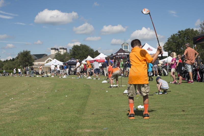 Famiglie che giocano golf fotografia stock