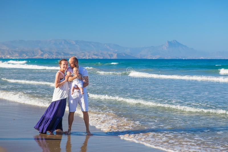 FamilFamily获得乐趣在海海滩在sunsety获得乐趣在 库存图片