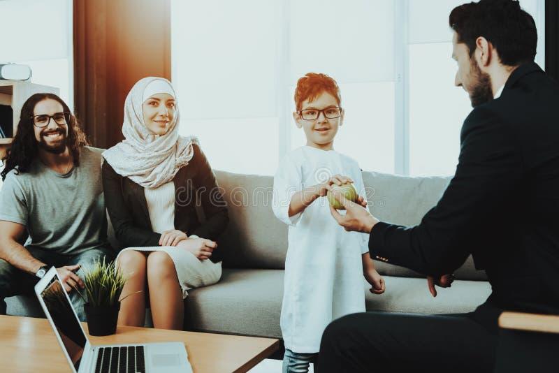 Familia árabe en la recepción en oficina del psicoterapeuta fotos de archivo libres de regalías