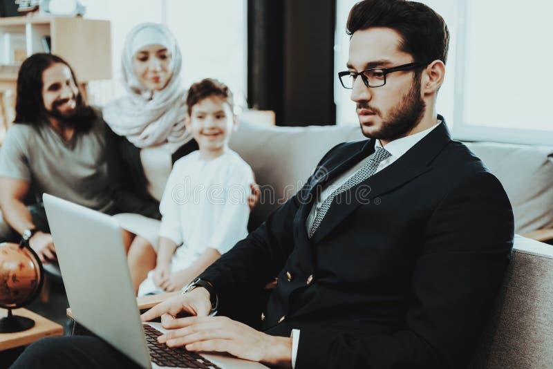 Familia árabe en la recepción en oficina del psicoterapeuta foto de archivo