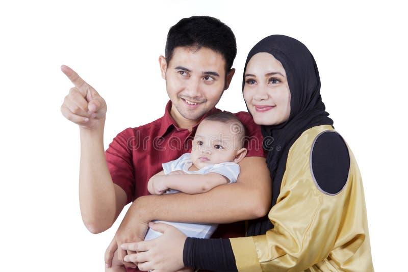 Familia árabe que mira algo en estudio foto de archivo libre de regalías