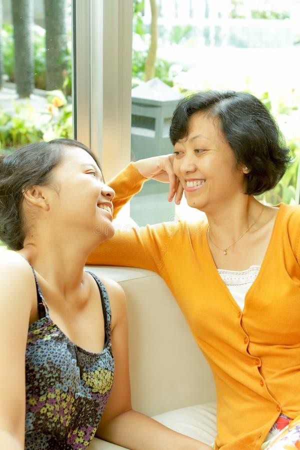Familia étnica de la conversación feliz fotos de archivo
