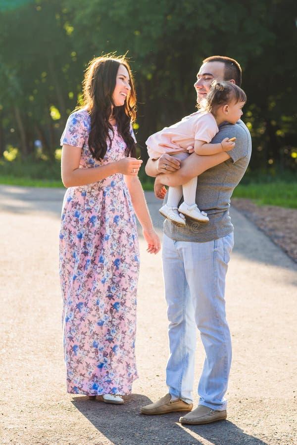 Familia étnica de la raza mixta joven feliz que camina al aire libre fotografía de archivo libre de regalías