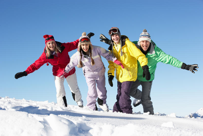 Familia adolescente el día de fiesta del esquí en montañas foto de archivo libre de regalías