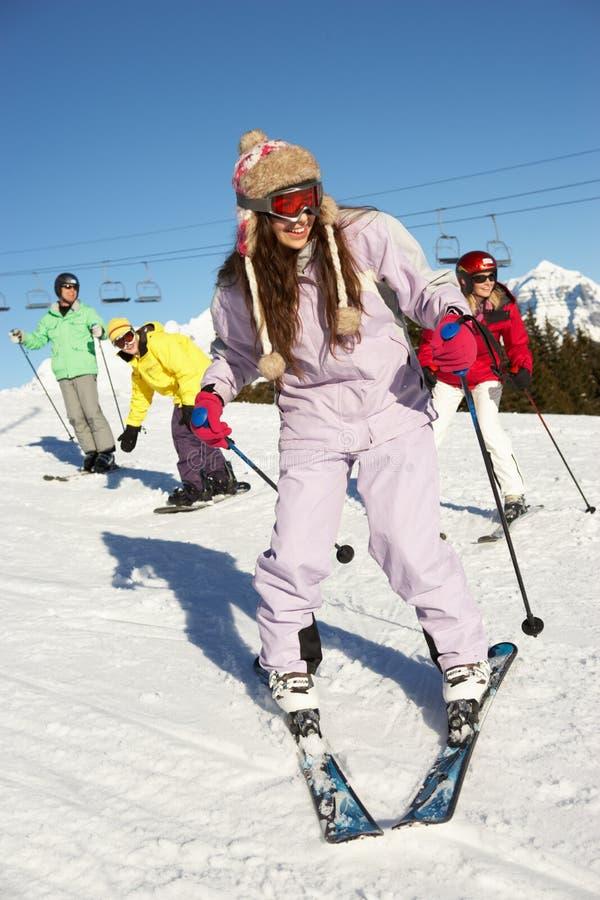 Familia adolescente el día de fiesta del esquí en montañas imágenes de archivo libres de regalías