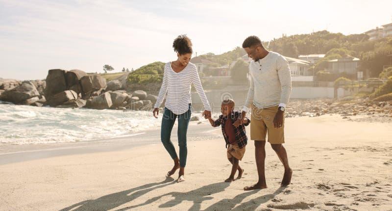 Familia africana en paseo de la playa imágenes de archivo libres de regalías