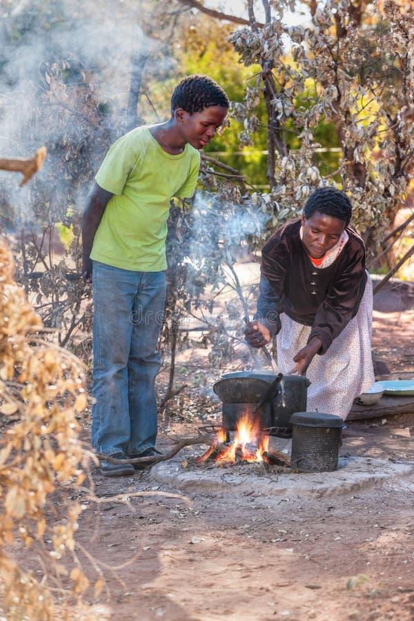 Familia africana que cocina en la cocina del verano foto de archivo
