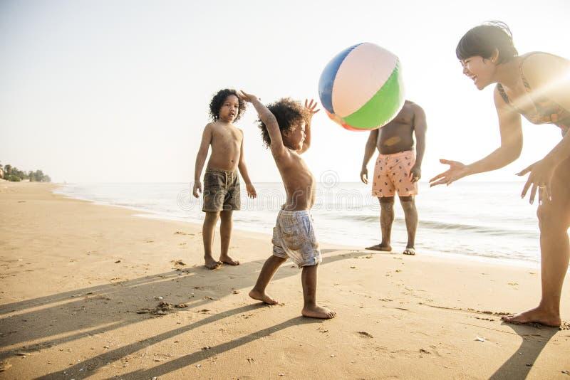 Familia africana que goza de la playa fotos de archivo libres de regalías