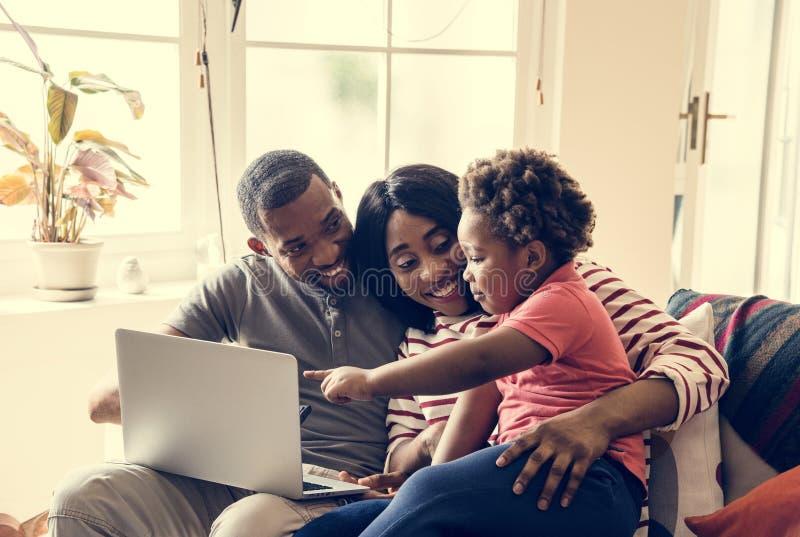 Familia africana que pasa el tiempo junto fotografía de archivo libre de regalías