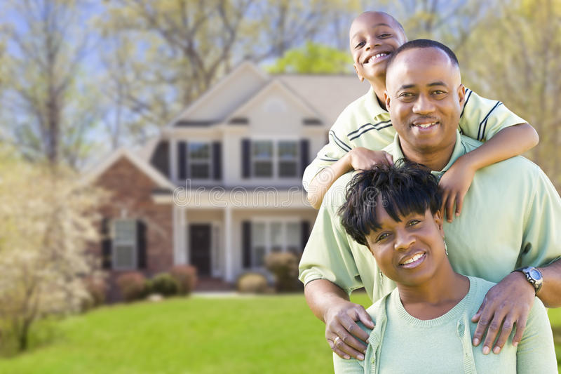 Familia afroamericana delante de la casa hermosa imagenes de archivo
