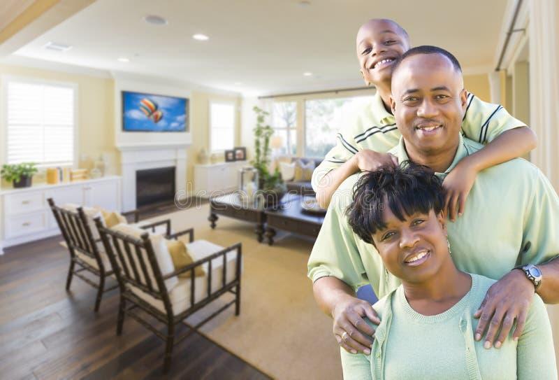 Familia afroamericana en su sala de estar foto de archivo