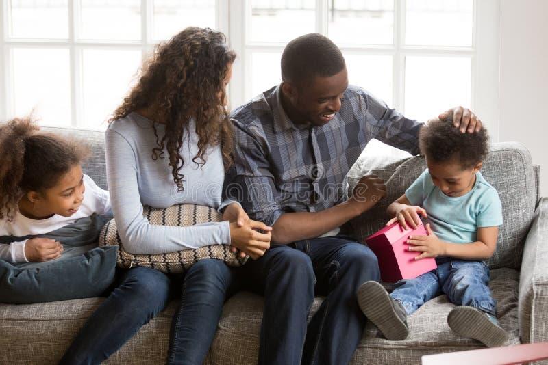 Familia afroamericana feliz que celebra cumpleaños del hijo foto de archivo