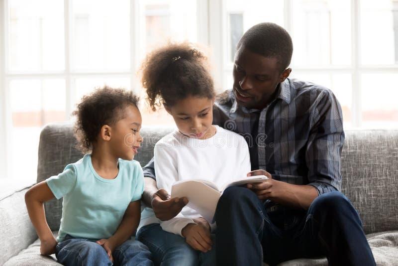 familia afroamericana feliz que pasa el tiempo junto en casa foto de archivo