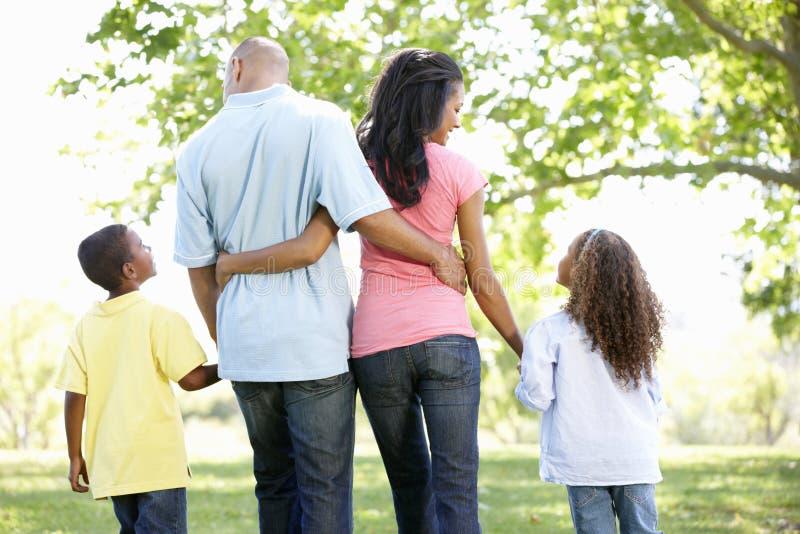 Familia afroamericana joven que disfruta del paseo en parque imagen de archivo